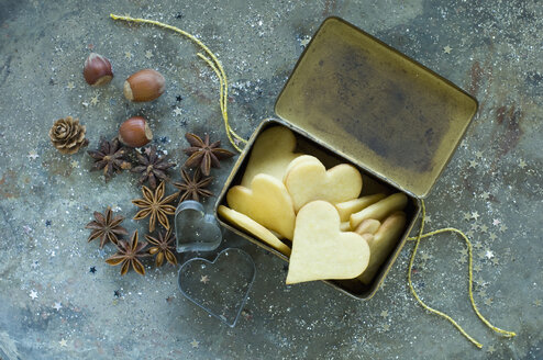 Heart-shaped Christmas cookies in an old tin can - ASF005911