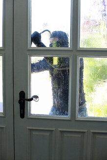 Burglar with crowbar breaking front door - MAEF011856