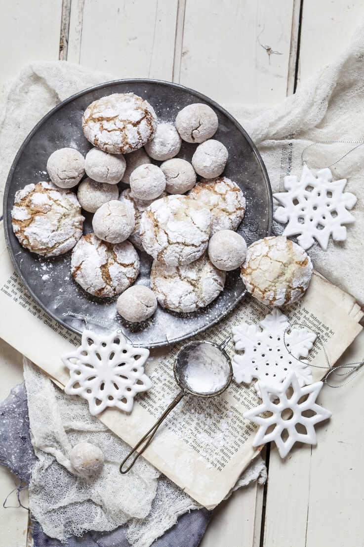 Home-baked Christmas cookies with powdered sugar on old book - SBDF002968 - Susan Brooks-Dammann/Westend61