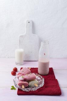 Buttermilk ice cream, strawberry and vanilla - MYF001655