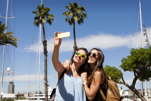 Spain, Barcelomna, two best friends taking selfie with smartphone - VABF000655