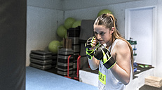 Young woman in gym doing boxing training - MGOF002017