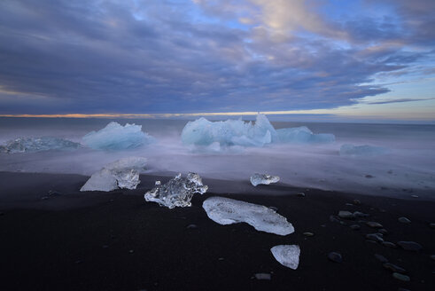 Iceland, Jokulsarlon, icebergs at twilight - FDF000195