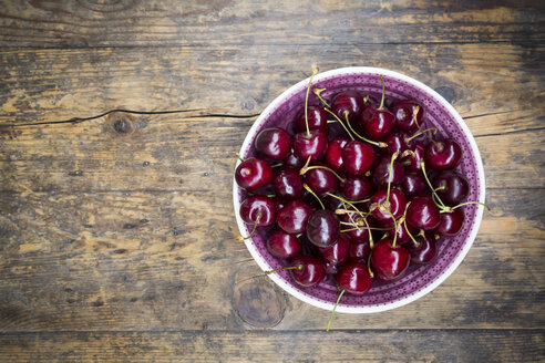Bowl of cherries on wood - LVF005062