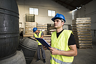 Worker make barrels inventory in warehouse - JASF000893