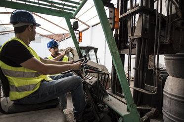 Workers, lift machine, barrels - JASF000899