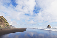 New Zealand, North Island, Auckland Region, Karekare Beach, Waitakare Ranges, Tasman Sea, black sand beach - GWF004780