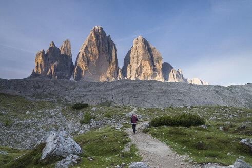 Italy, Alto Adige, Dolomites, female hiker in front of Tre Cime di Lavaredo - MKFF000302