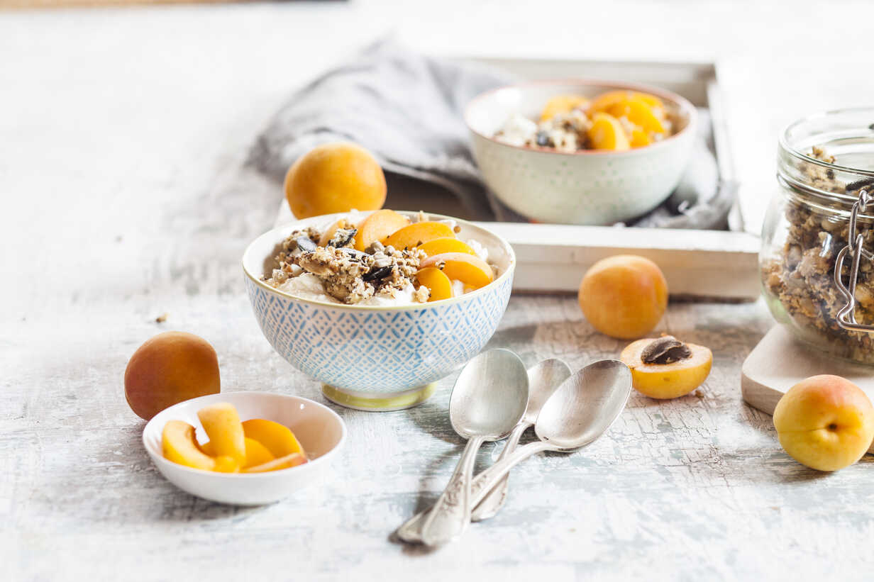 Yogurt with crunchy muesli and fresh apricot - SBDF003010 - Susan Brooks-Dammann/Westend61