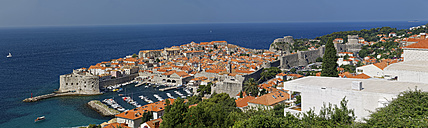 Croatia, Dubrovnik, Old town with city wall, panorama - GFF000657