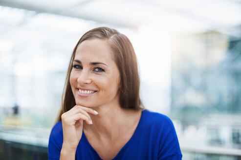 Portrait of smiling brunette woman - DIGF000591