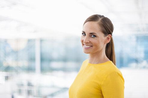 Portrait of smiling brunette woman - DIGF000600