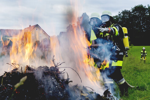 Fire brigade standing at fire - MAEF011880