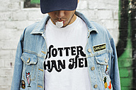 Young man with gum bubble wearing t-shirt with saying 'Hotter Than Hell' - JUBF000165