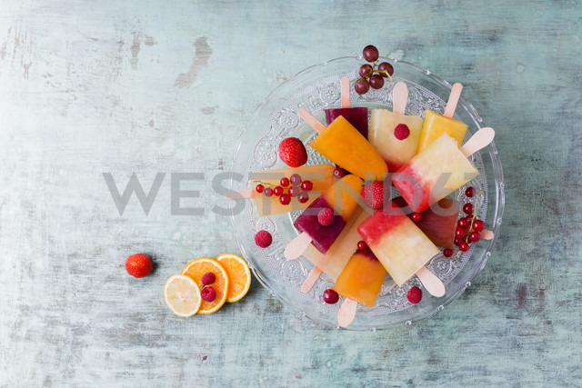 Fruits and different homemade ice lollies made of fruit juice and pulp - MYF001690