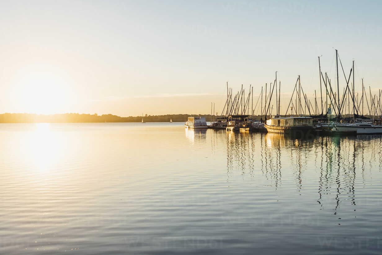 Germany, Saxony, Leipzig, Lake Cospuden, Harbour at sunset - MJF002000 - Jana Mänz/Westend61