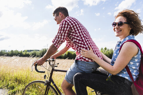 Happy young couple on a bicycle tour - UUF008141