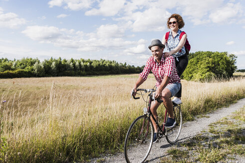 Happy young couple on a bicycle tour - UUF008150