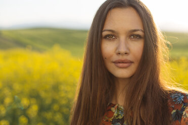 Portrait of young woman with brown hair and brown eyes in nature - DERF000045