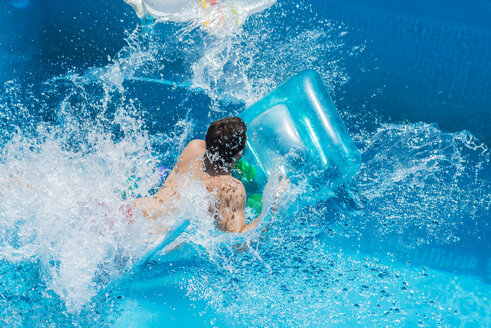 Man in the pool on airbed, moving, water splashes - SKCF000098