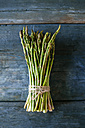 Bunch of green asparagus on wood - KIJF000598
