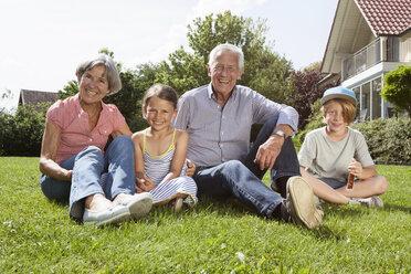 Portrait of happy gandparents with grandchildren in garden - RBF004793