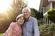 Happy senior couple in garden - RBF004814