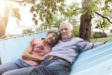 Senior couple relaxing in hammock - RBF004823