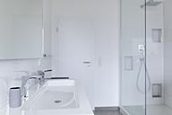 Modern white bathroom - SHKF000617
