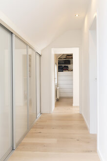Corridor of an apartment with built-in wardrobe - SHKF000620