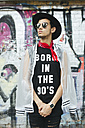 Fashionable young man with hat and sunglasses wearing t-shirt with saying 'Born in the 90s' - JUBF000170