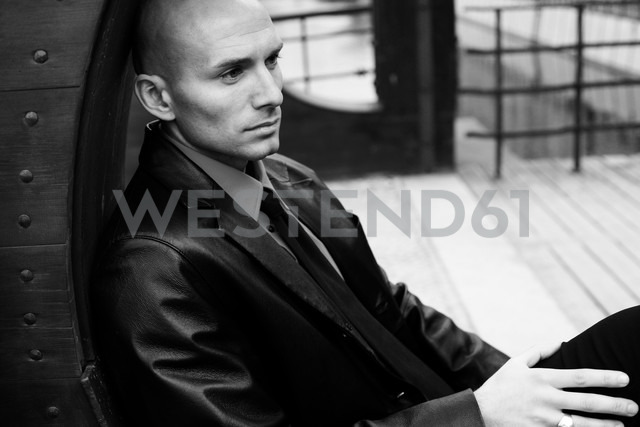 Portrait of serious bald man - NGF000359 - Nadine Ginzel/Westend61