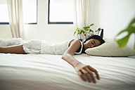Young woman sleeping in bed - EBSF001581