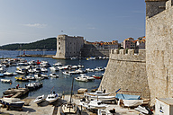 Croatia, Dubrovnik, Harbour and old town with city wall - GFF000709