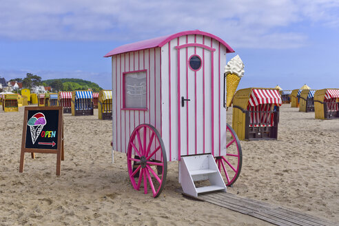 Germany, Schleswig-Holstein, Travemuende, roofed wicker beach chairs and changing cubicle as ice cream van - KLRF000449