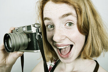 Portrait of screaming girl with an old camera - JATF000866