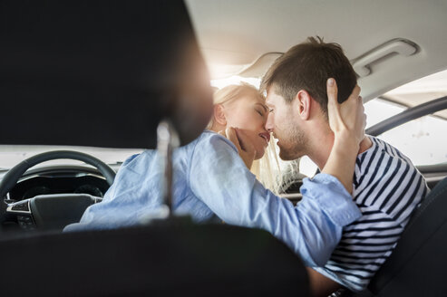 Couple in love kissing in a car - DIGF000834
