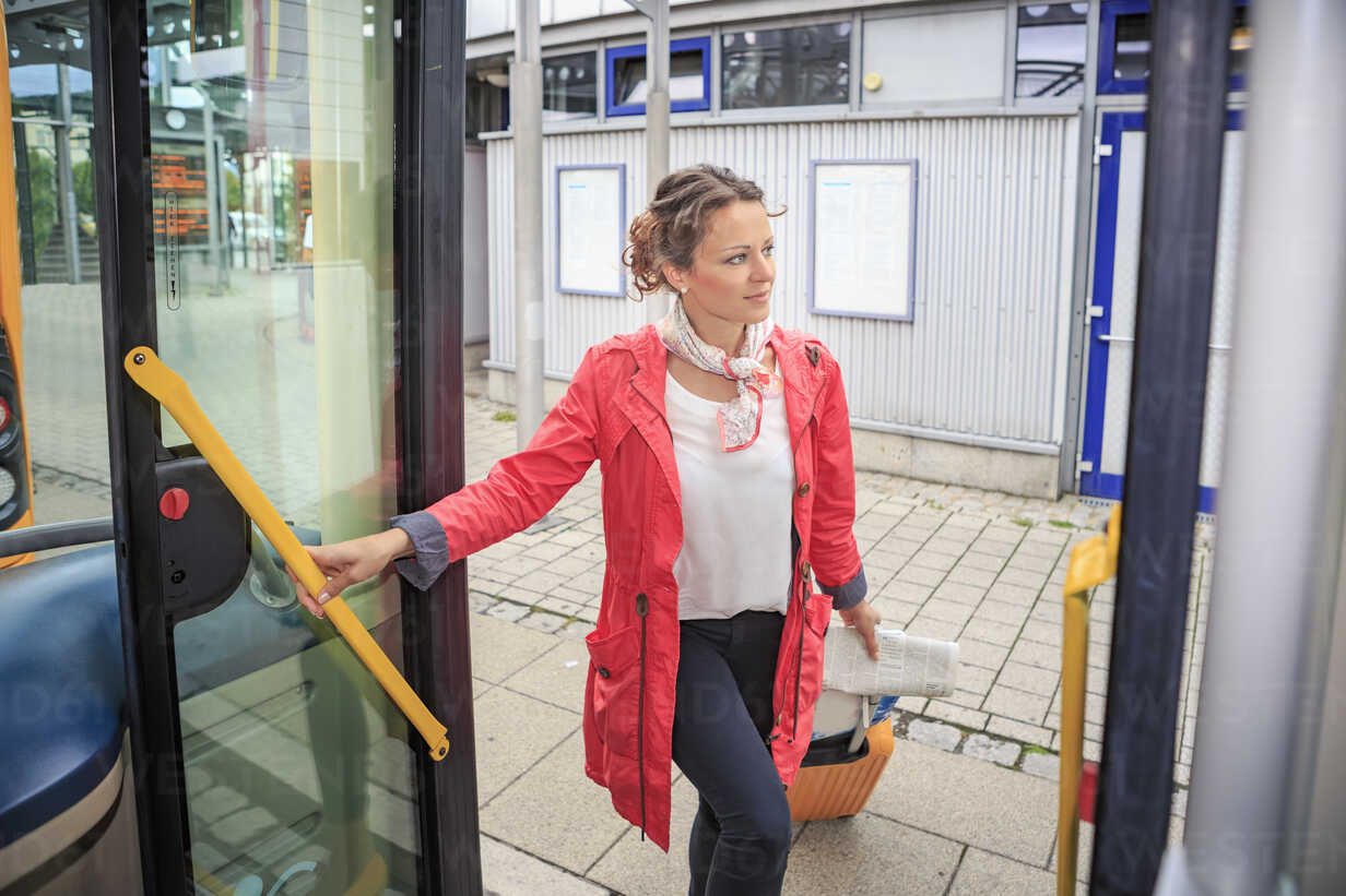 Young woman getting into bus - VTF000555 - Val Thoermer/Westend61