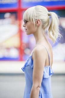Blond woman with ponytail and sunglasses - GDF001106