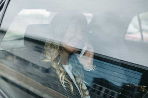 Businesswoman on cell phone in car - DAPF000202