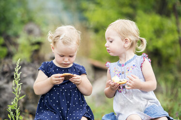Two little sisters eating pastry - HAPF000684