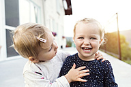 Little girl watching her laughing sister - HAPF000711