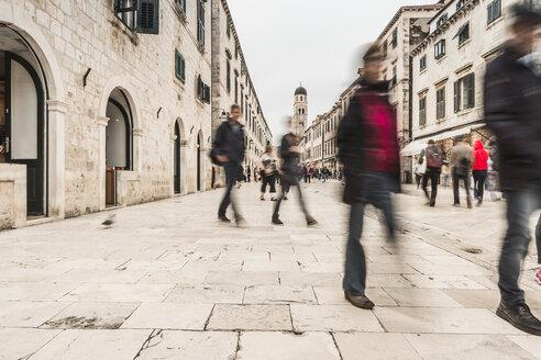 Croatia, Dubrovnik, Stradun with pedestrians - CHP000239