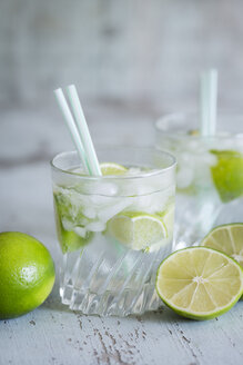 Glasses of infused water with lime and ice cubes - JUNF000545