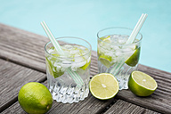 Glasses of infused water with lime and ice cubes - JUNF000548