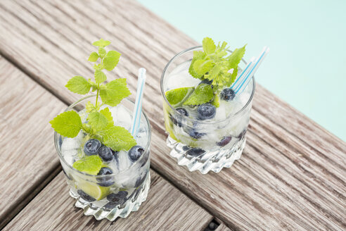 Fresh mineral water with blueberries, mint and ice - JUNF000564