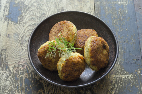 Homemade fish patties with dill in bowl - ODF001436