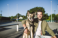 Man with his dog in a skatepark - RAEF001348