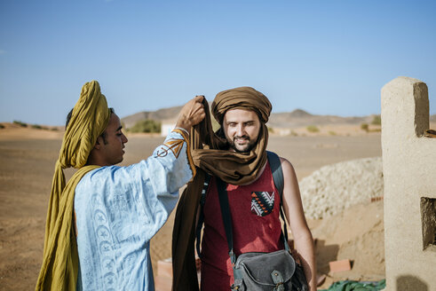 Berber guide helping touist wrapping a turban - KIJF000694