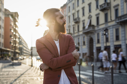 Fashionable young man waiting at backlight in the city - MAUF000736